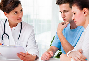 Мужчина и женщина у врача