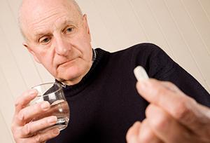 Мужчина принимает лекарственное средство